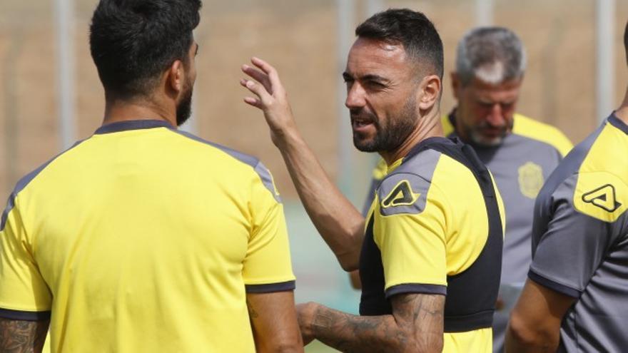 Momo habla con Aythami durante un entrenamiento de la UD Las Palmas en Telde.