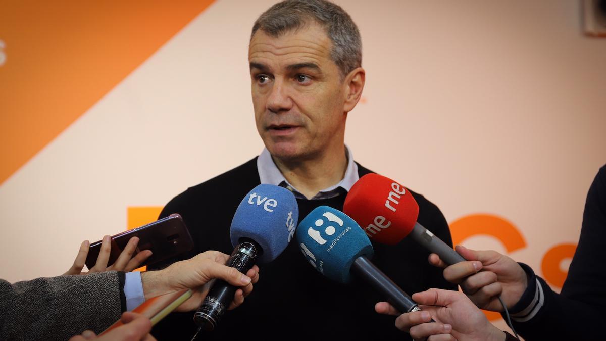 Toni Cantó, portavoz parlamentario de Ciudadanos, atiende a los medios en su sede.