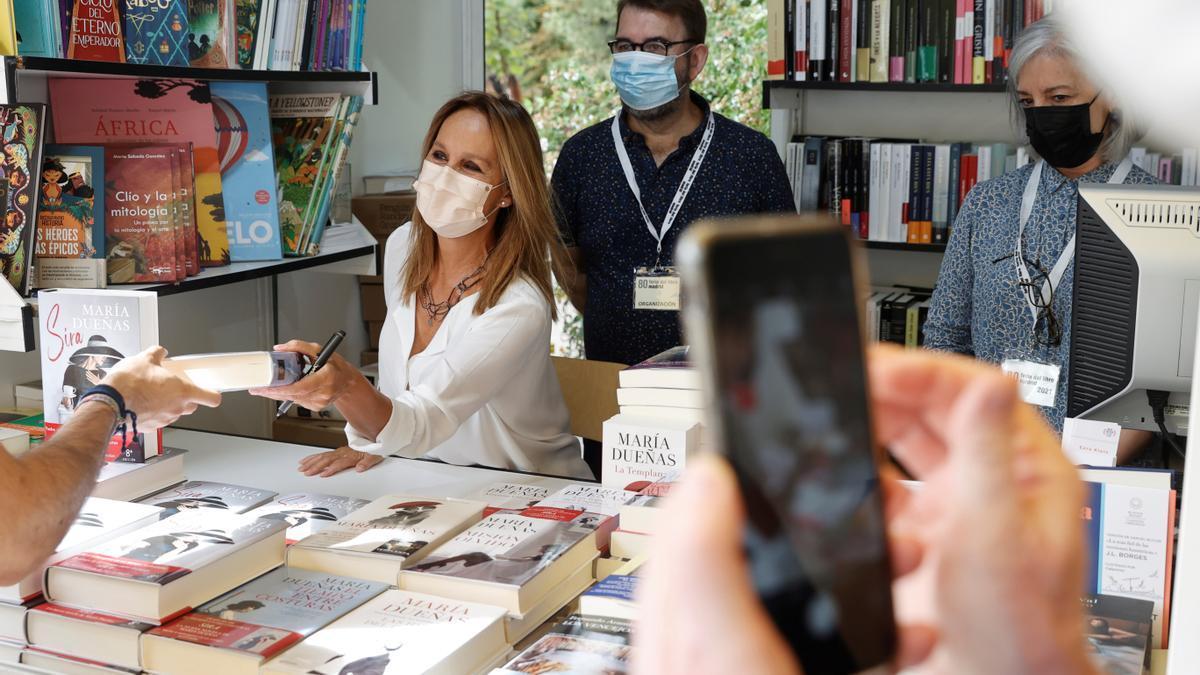 La escritora María Dueñas en la caseta de la Feria del Libro de Madrid en la que firmó ejemplares de sus libros