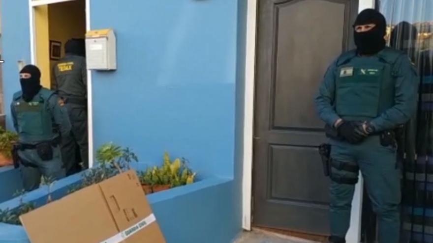 Intervención de agentes de la Guardia Civil tras la detención realizada en La Laguna