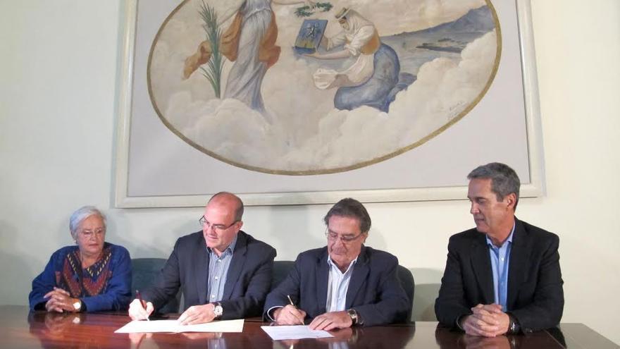 En la imagen, firma de entrega del óleo al Cabildo, este martes en la Casa Salazar.