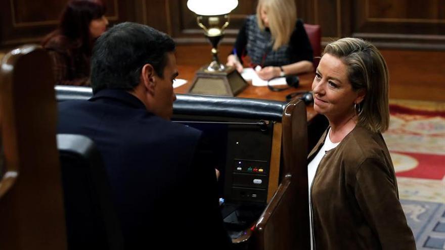 La diputada de Coalición Canaria, Ana Oramas, conversa con el candidato a la Presidencia del Gobierno, Pedro Sánchez.