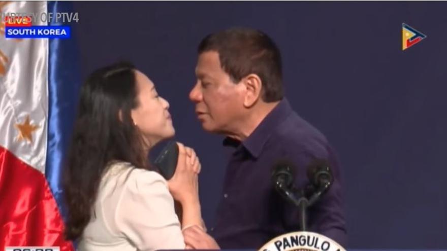 Rodrigo Duterte fuerza a una mujer a besarle.