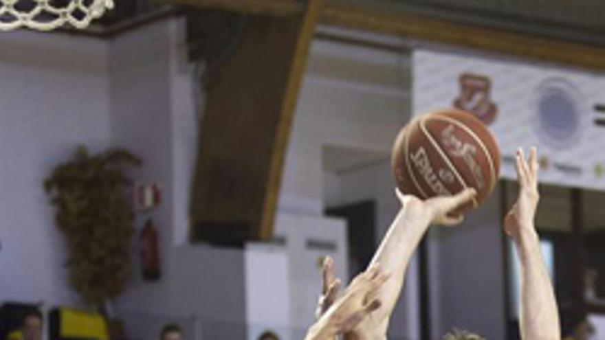 Ryan Toolson intenta taponar a Fernando San Emeterio. (EFE/Angel Medina G)