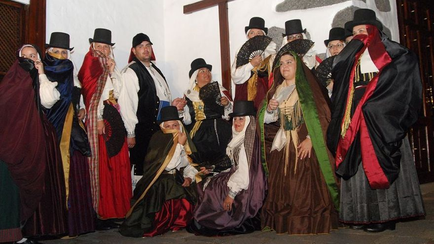 Imagen de archivo de grupo de mujeres que lucen el llamado traje de 'manto y saya'.