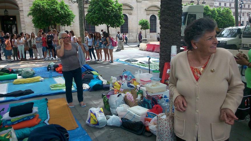 Las familias de la Corrala, asentadas frente al Ayuntamiento de Sevilla, celebraban este mediodía el anuncio de Fomento y Vivienda.