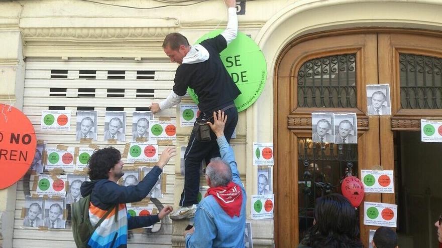 Afectados por las hipotecas llevan su protesta a la casa de González Pons en Valencia