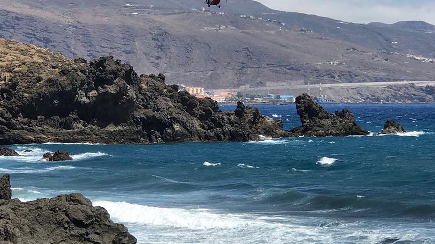 Un helicóptero sobrevuela la zona afectada por el vertido que se ocasionó en tierra