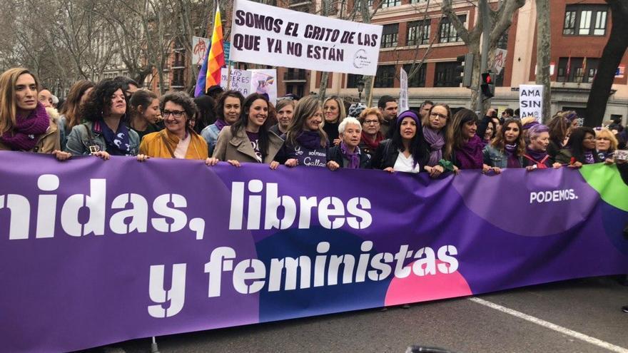 La ministra de Igualdad, Irene Montero junto a otras mujeres de Podemos en el 8M 2020 de Madrid.