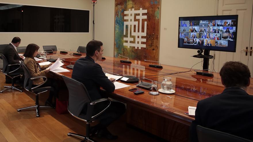 Pedro Sánchez junto a los cuatro ministros delegados durante la teleconferencia con los presidentes autonómicos.