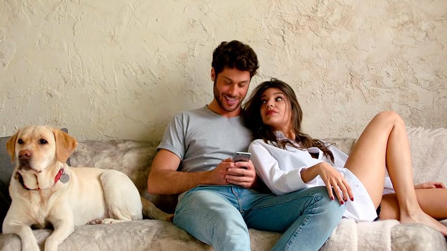 Ana Guerra y José Lamuño en el videoclip de Ni la hora