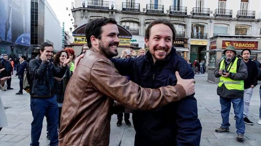 Alberto Garzón y Pablo Iglesias en la plaza de Sol.