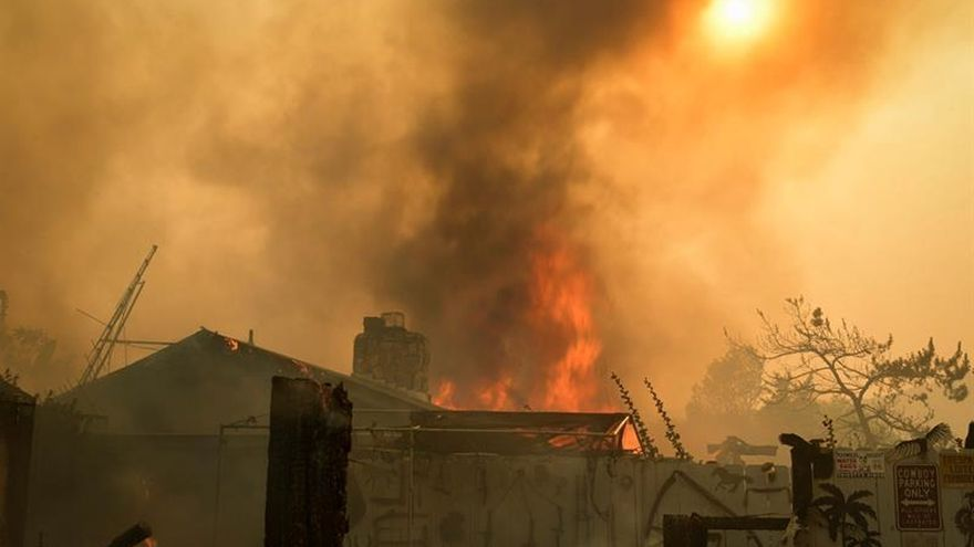 Un incendio en California arrasa 8.000 hectáreas y amenaza 1.500 hogares