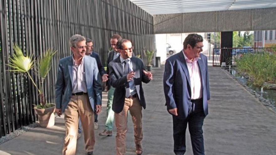 José Luis Navarro (izquierda) y Miguel Gallardo en la visita al consorcio medioambiental de Badajoz