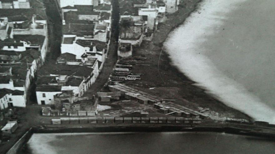 Imagen antigua del entorno urbano de Santa Cruz de La Palman donde se llevan a cabo las obras de remodelación de la Avenida Marítima.