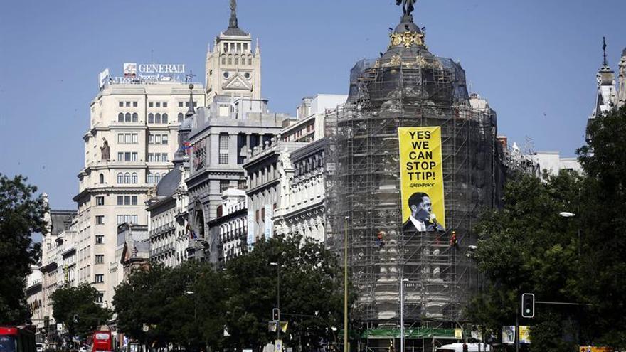 Greenpeace descuelga una pancarta contra el TTIP en Madrid dirigida a Obama