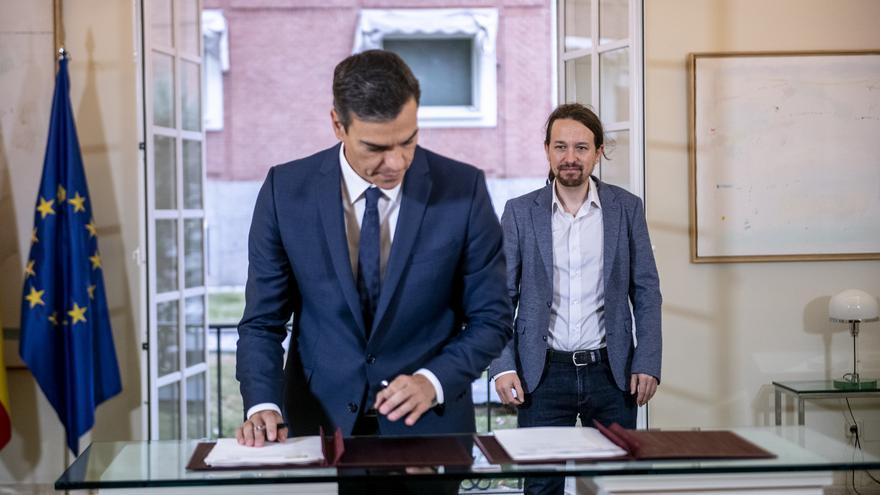 Pedro Sánchez firma el acuerdo presupuestario observado por Pablo Iglesias.
