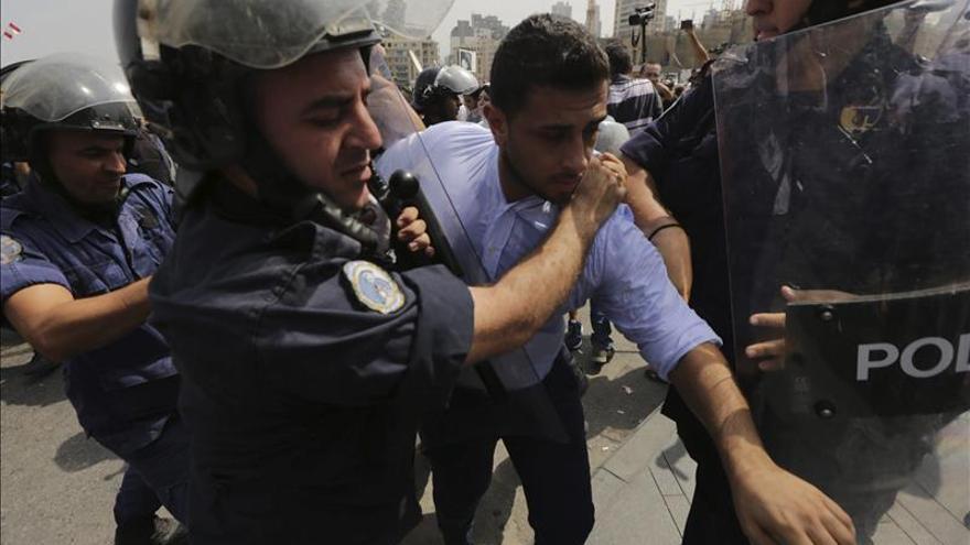 Diez heridos y 25 detenidos en choques entre manifestantes y policía en Beirut