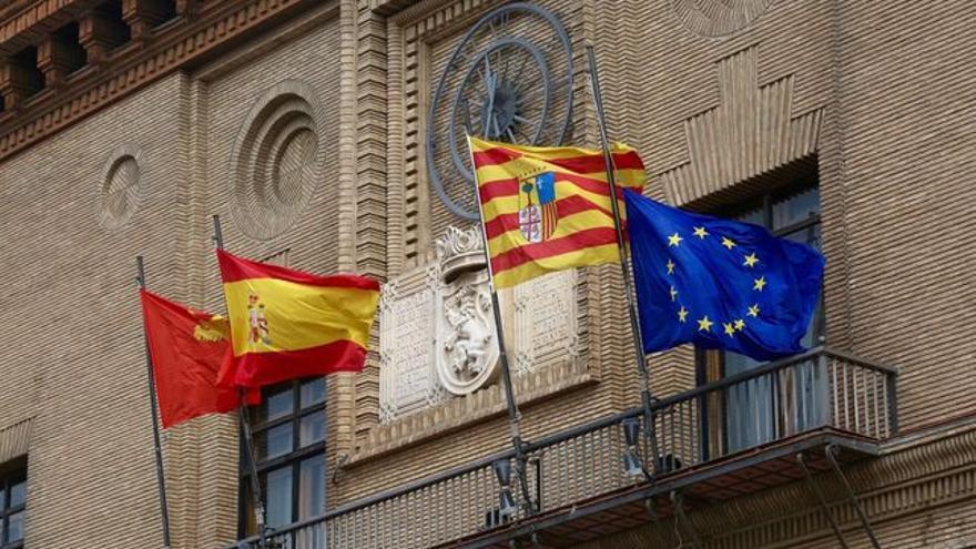 La bandera española ocupa el lugar preferente en los edificios públicos de la comunidad, junto a la autonómica, la local y la europea, por este orden
