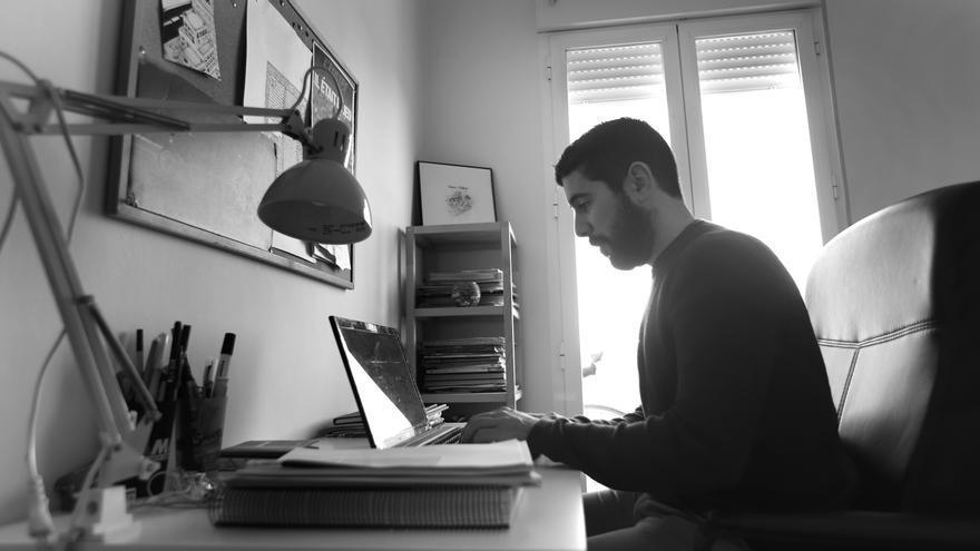 En aquell estudi, amb una tauleta de vidre amb un portàtil, i dues prestatgeries de pi, s'hi troben els llibres de treball.
