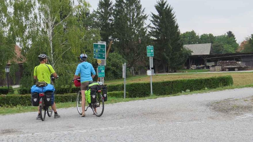 Cicloturistes en una ruta de l'Eurovelo