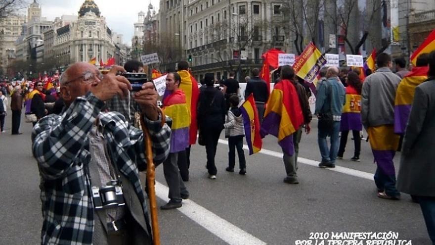 Manuel de Cos fotografía la manifestación por la III República en Madrid en 2010.