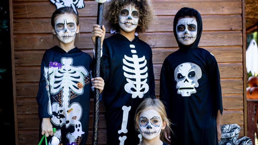 El esqueleto es un clásico de Halloween. Dale un toque diferente al disfraz con un maquillaje 'terrorífico'.