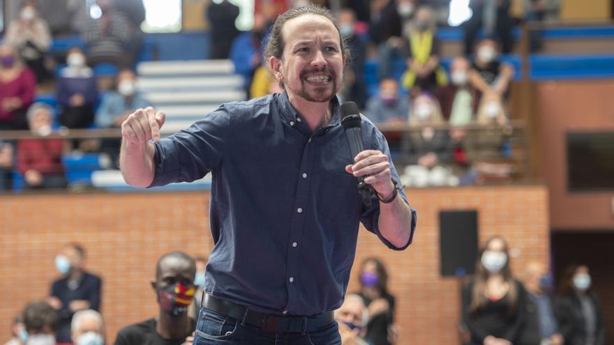 El candidato de UP a la Presidencia de la Comunidad, Pablo Iglesias interviene durante un acto en el Polideportivo municipal Cerro Buenavista de Getafe, a 27 de abril de 2021