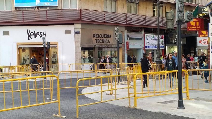 El cruce de la calle San Vicente con Periodista Azzati, con las nuevas aceras y pavimento.