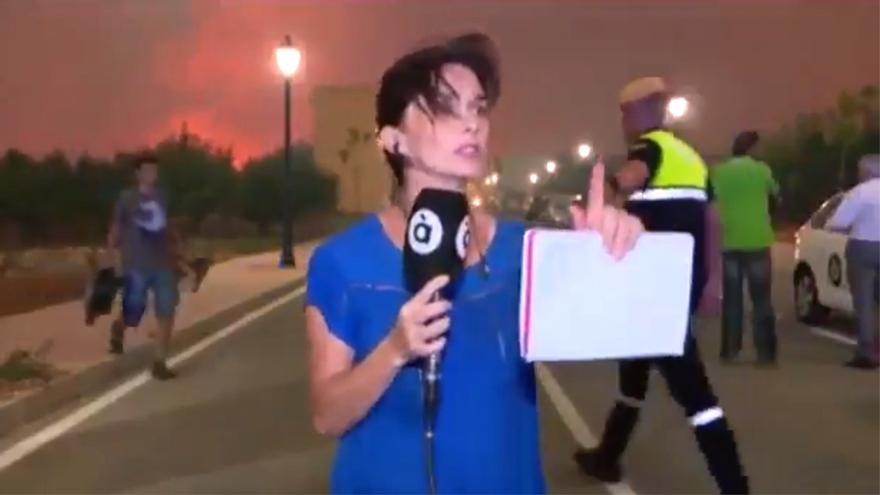La reportera de À Punt pidiendo un minuto a la Policía