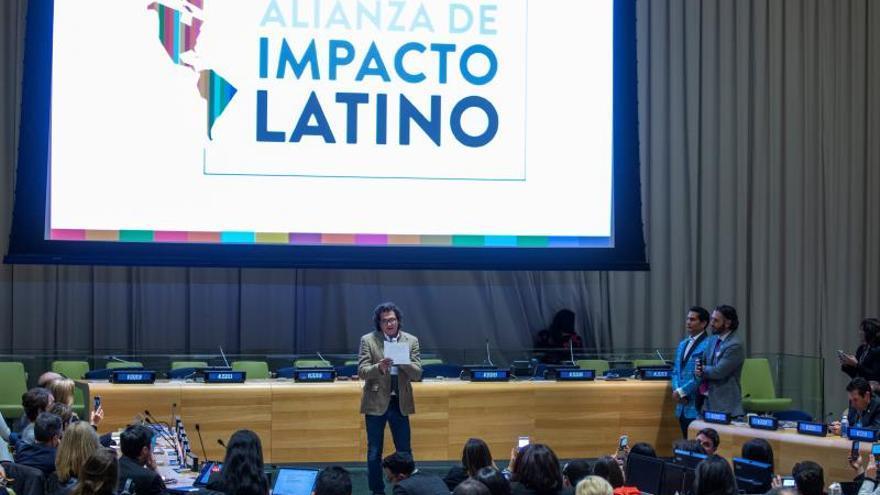 """El cantante colombiano Carlos Vives (c) habla durante el foro """"Latino Impact Summit"""", este lunes, en las Naciones Unidas, en Nueva York (Estados Unidos)."""