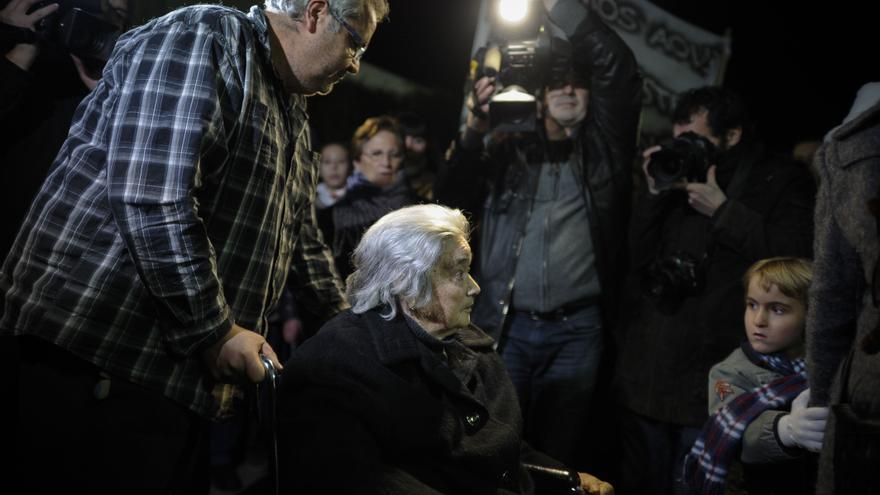 Una mujer entra en el ambulatorio de Tembleque (Toledo) poco antes de la hora del cierre. PEDRO ARMESTRE