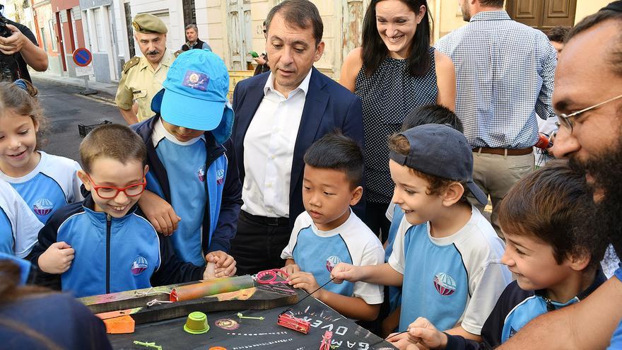 El alcalde de Santa Cruz, José Manuel Bermúdez, junto a escolares durante la Semana de la Movilidad Sostenible