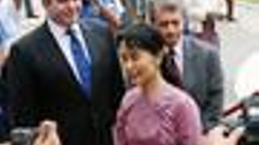 Suu Kyi se reúne con el representante de EEUU