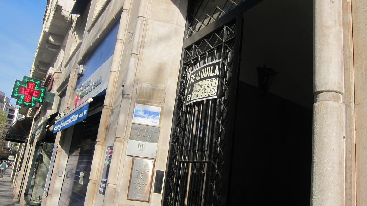 Imagen de un cartel de 'se alquila' en un edificio.