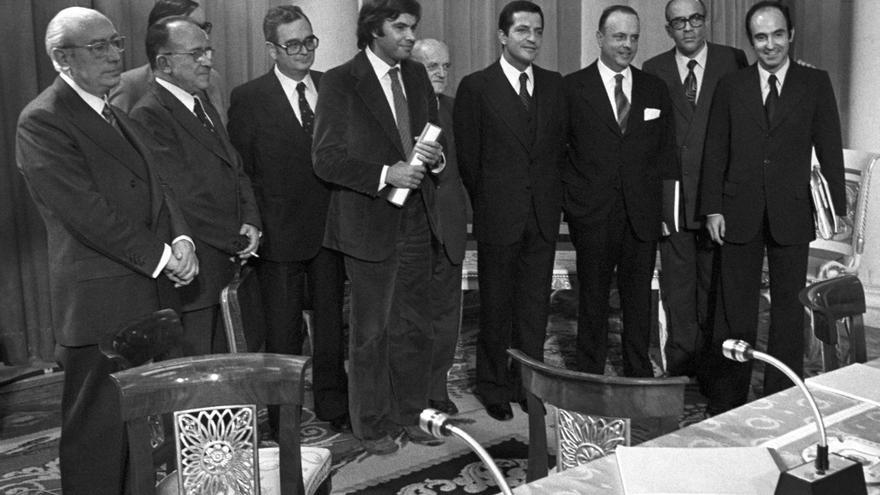 Se firman los Pactos de la Moncloa. Los representantes de los grupos parlamentarios proceden a firmar en el Palacio de la Moncloa el documento de medidas económicas. De iz a dcha: Enrique Tierno Galván (PSP), Santiago Carrillo (PCE), José María Triginer (Federación catalana PSOE), Joan Raventos (PSC), Felipe González (PSOE), Juan Ajuriaguerra (PNV), Adolfo Suárez (UCD), Manuel Fraga (AP), Leopoldo Calvo Sotelo(UCD) y Miguel Roca (Minoría Catalana), el 25 de octubre de 1977.