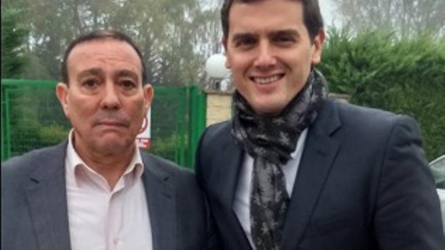 José Antonio Requejo, en una foto en su perfil de Facebook, con Albert Rivera.