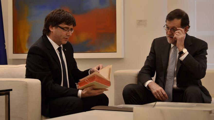 Rajoy rechaza por carta negociar el referéndum que pide Puigdemont y denuncia que amenace con declarar la independencia