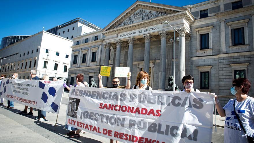 Piden en una marcha anular el plazo de 45 días para reingresar en las residencias madrileñas