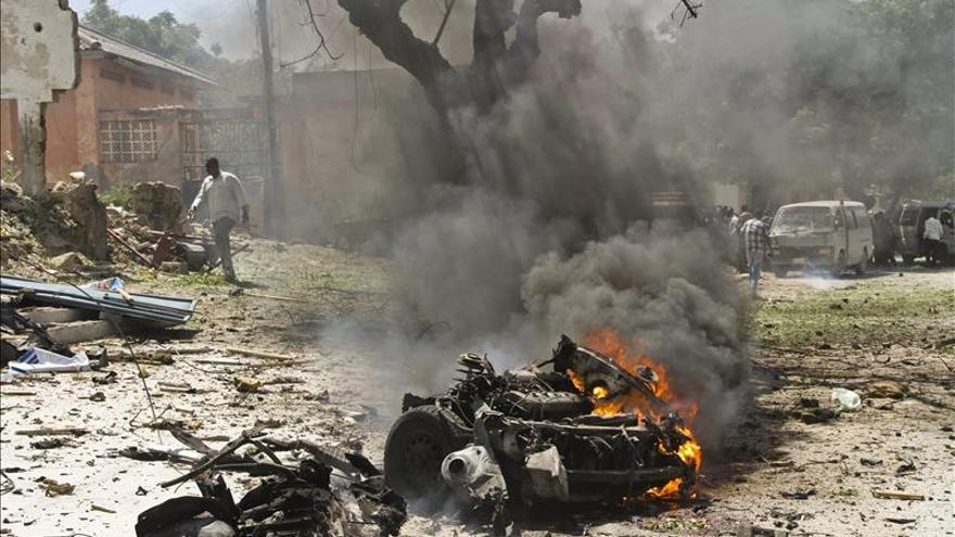 Al menos 3 muertos en un ataque suicida ante la oficina del primer ministro somalí