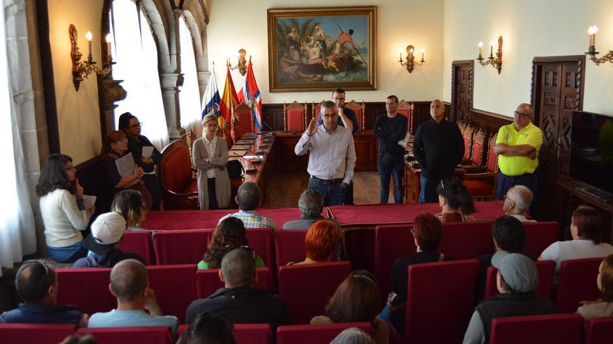 Reunión de las autoridades municipales con los trabajadores contratados.