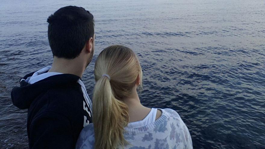 Pareja frente al mar.