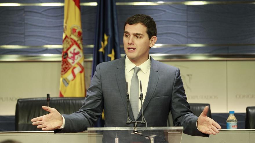 Rivera apuesta por aclarar la incompatibilidad de los cargos públicos y avisa que no pueden estar sin trabajar 20 años