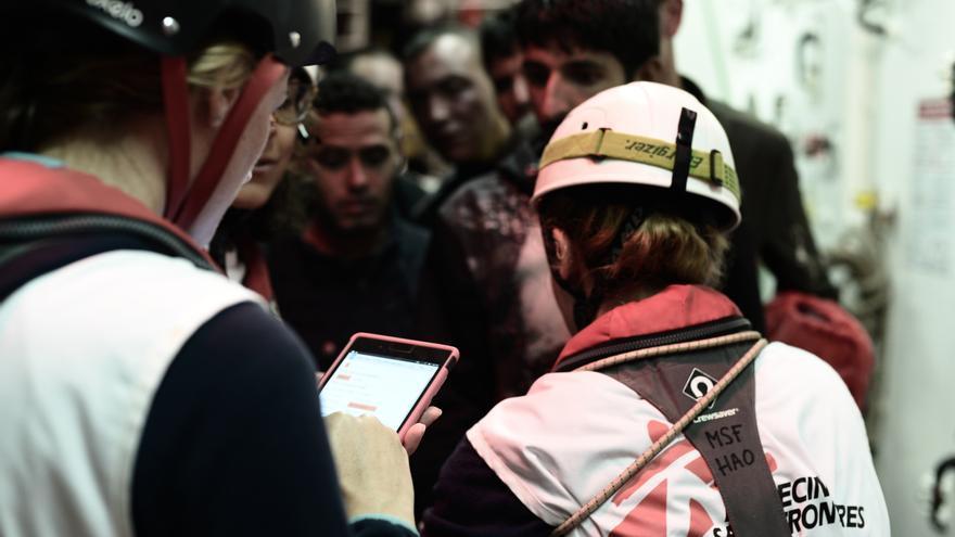 Los equipos de rescate del Aquarius durante la operación de salvamento que tuvo lugar en la madrugada del pasado domingo. La ONG SOS Méditerranée socorrió a 229 personas, mientras que el resto de migrantes fueron rescatados por la Guardia Costera italiana y barcos mercantes, y después los trasladaron al Aquarius. En total, 629 personas permanecen en el buque operado por SOS Mediterranée y MSF después de que Italia y Malta denegaran el desembarco de la nave en sus puertos. Foto: Karpov / SOS MEDITERRANEE