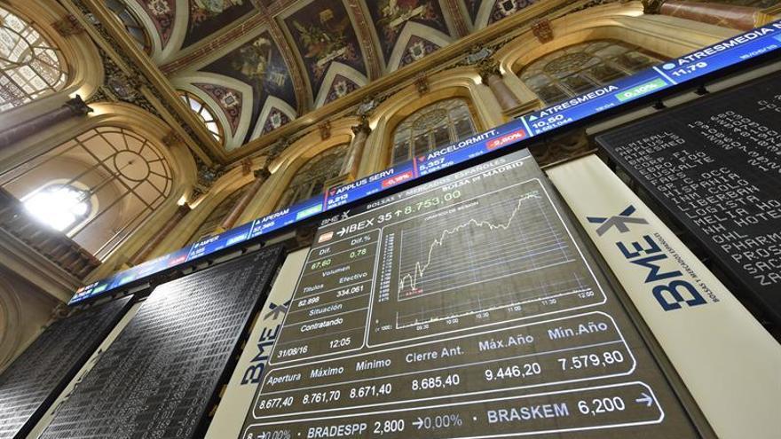 El IBEX 35 gana un 1,39 por ciento a mediodía y supera los 8.800 puntos