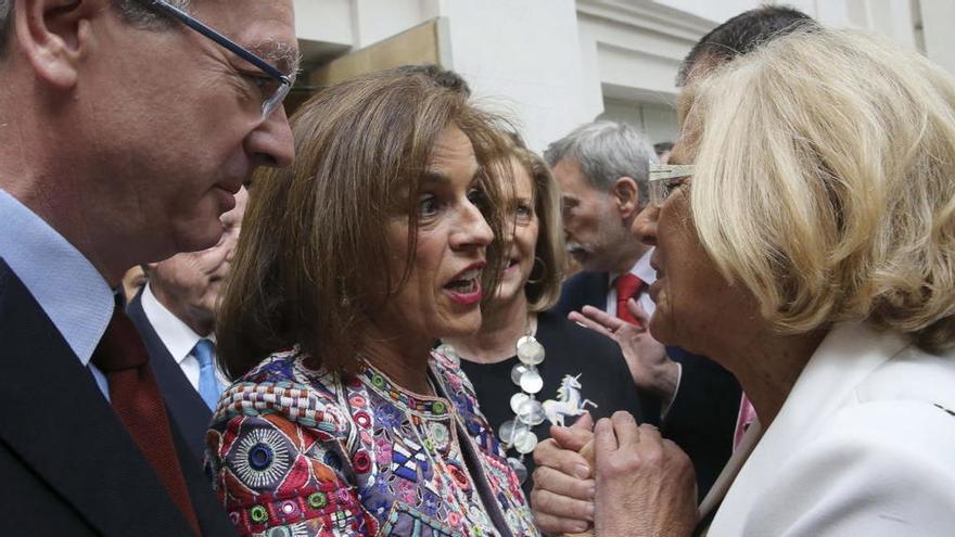 Manuela Carmena saluda a la ex alcaldesa Ana Botella y al ex alcalde Ruiz-Gallardón tras ser investida como alcaldesa en 2015.