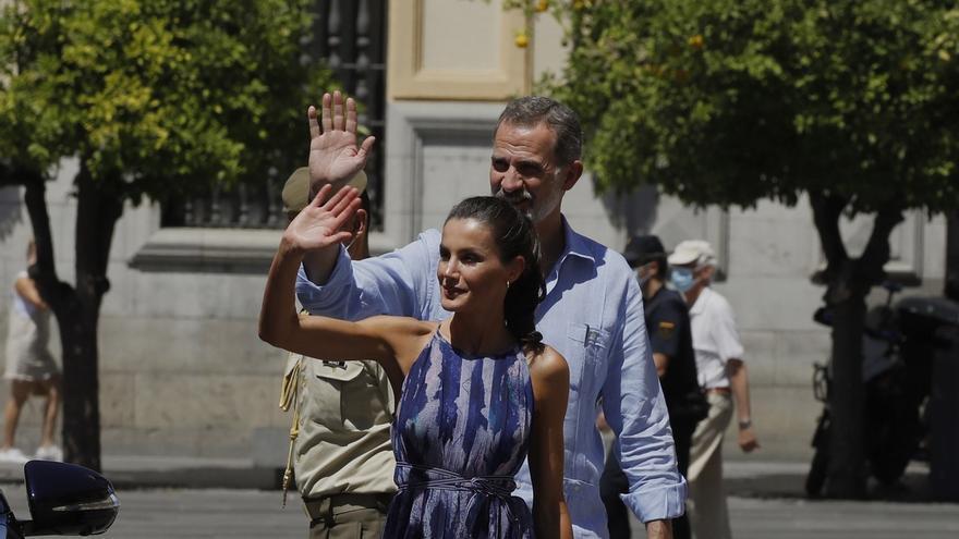 El rey Felipe VI y la reina Letizia saludan a los ciudadanos durante su visita el 29 de junio al centro de Sevilla durante su gira autonómica tras el fin del estado de alarma.