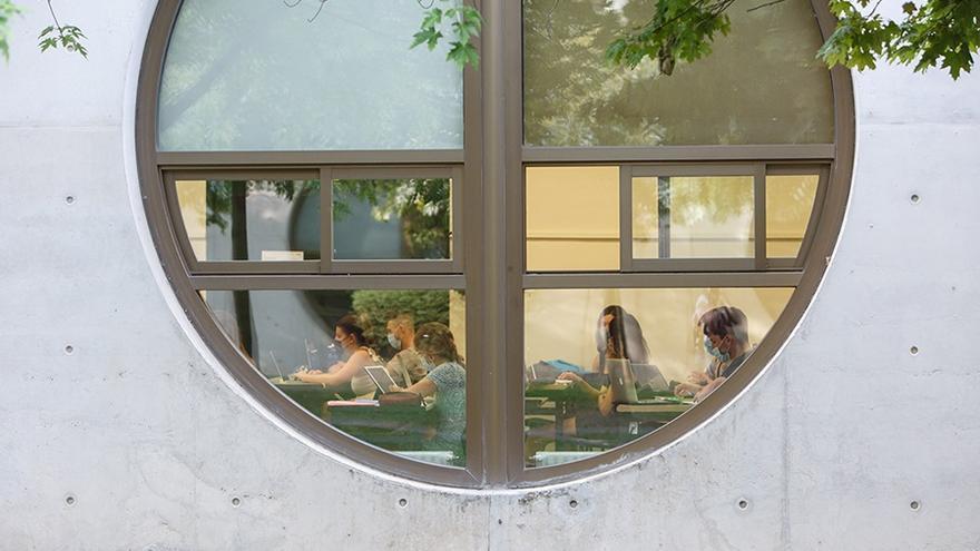 Archivo - Estudiantes de la UPNA durante una clase.