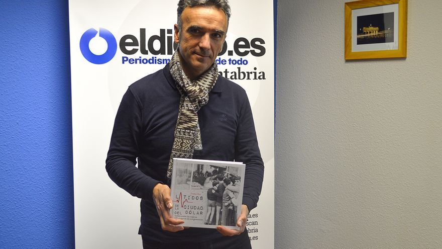 El periodista y escritor Esteban Ruiz en la redacción de eldiario.es Cantabria. | RUBÉN VIVAR