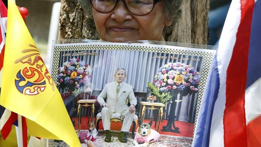 El convaleciente rey de Tailandia se traslada a su palacio de verano